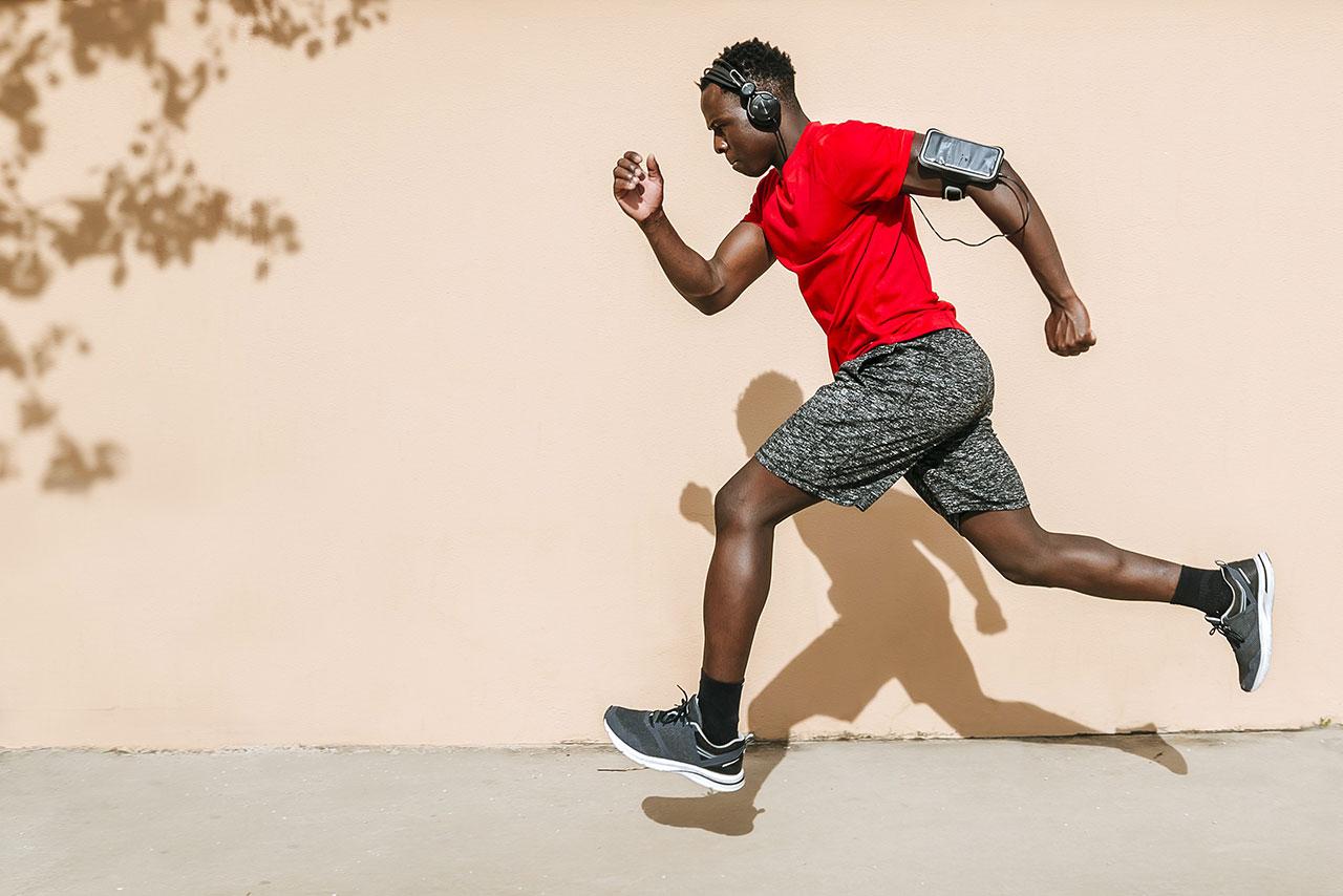 El ejercicio ayuda a desintoxicar el cuerpo - un hombre corriendo por la calle.