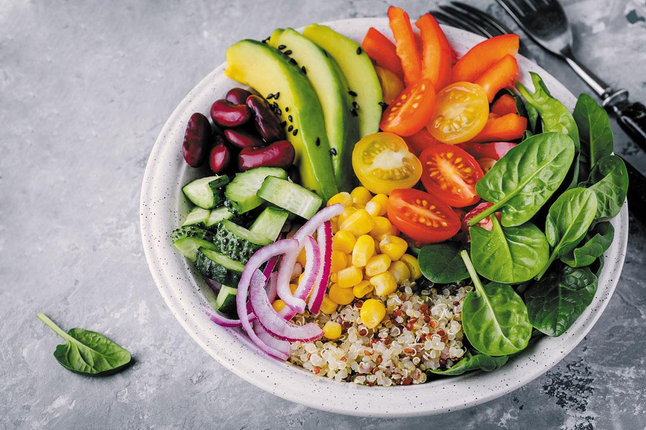 Cuidar la alimentacion durante la cuarentena de covid-19 - plato con verduras de alimentacion sana.
