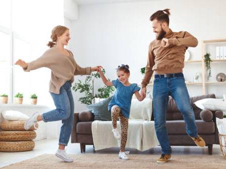 Familia bailando y haciendo actividad fisica durante la cuarentena de covid-19