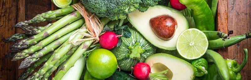 Banner de verduras verdes - brocoli, aguacate, calabazas, limon, esparagos - alimentacion sana