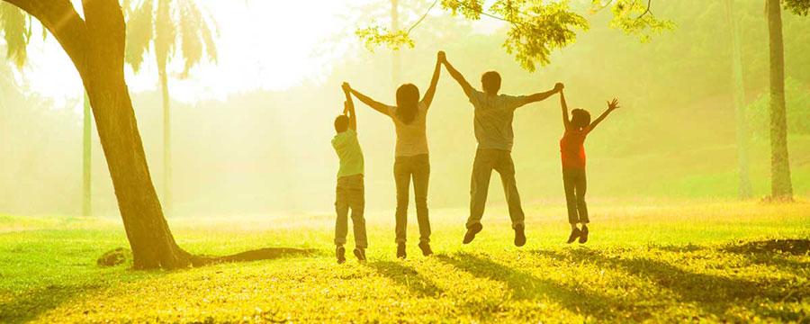 familia haciendo ejercicio en el parque para una vida saludable