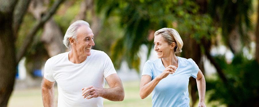 adultos mayores haciendo ejercicio para tener una vida saludable en la vejez