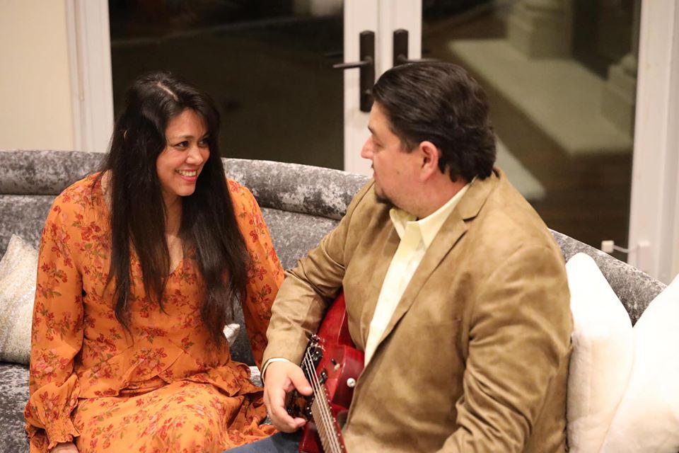 Armand Puyolt y su esposa, la Dra. Esther Ramos disfrutando un momento de relajación en su casa.